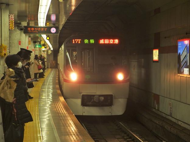 都営浅草線人形町駅4番線 都営5327F快速特急成田空港行き進入