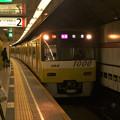 都営浅草線高輪台駅2番線 京急1057Fイエローハッピートレイン快速佐倉行き進入