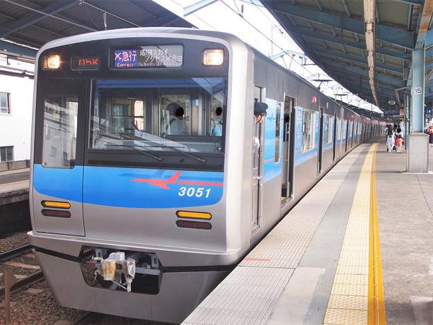京急線平和島駅3番線 京成3051Fエアポート急行成田空港行き