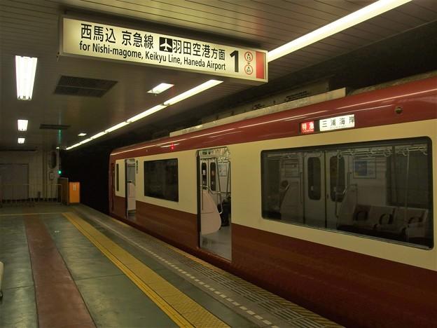 都営浅草線東日本橋駅1番線 京急1033F特急三浦海岸行