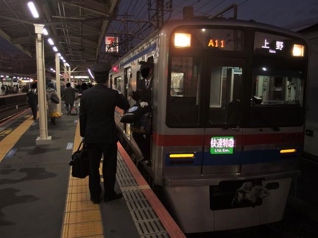 京成線高砂駅1番線 京成3858F快速特急上野行き乗務員交代