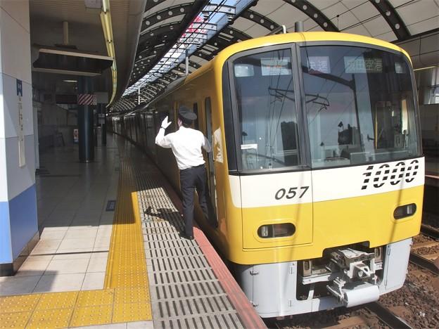 京成本線京成船橋駅2番線 京急1057F快速成田空港行き側面よし