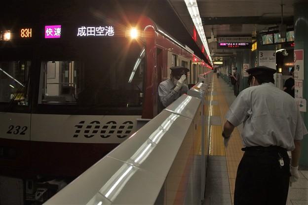 都営浅草線泉岳寺駅3番線 京急1225F快速成田空港行き乗務員交代