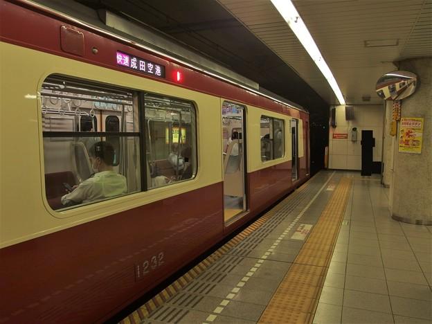 都営浅草線五反田駅2番線 京急1225F快速成田空港行き