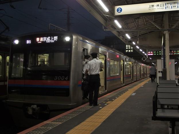 京成本線高砂駅2番線 京成3004F普通京成上野行き乗務員交代