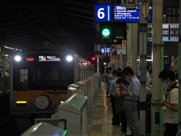 京急線京急川崎駅6番線 京成3054F(成田スカイアクセス線開業10周年HM)快特成田空港行き進入