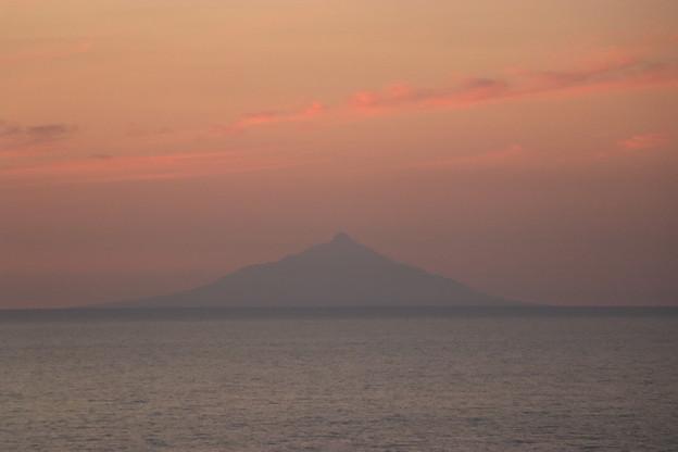 夕焼けに浮かぶ利尻富士