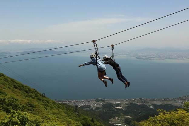 空飛んでるカップル