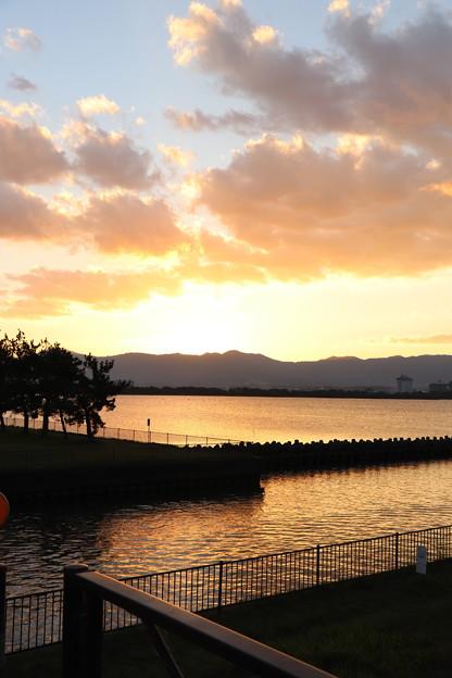 夕焼け空と湖面