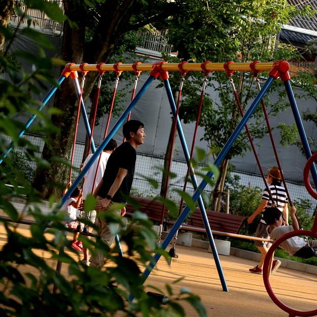 西日射す公園で親子で遊ぶ