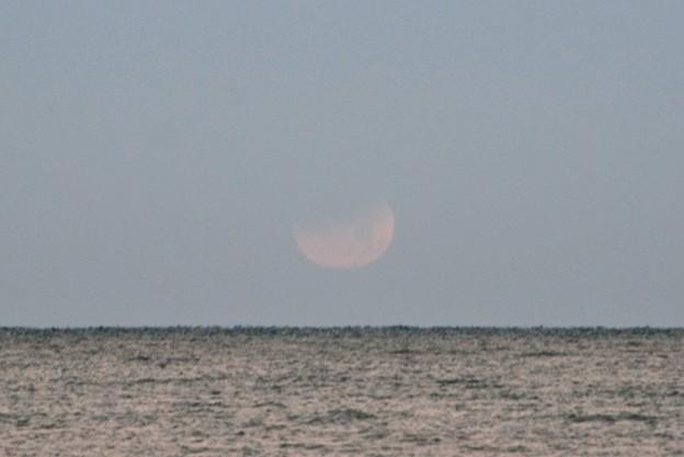 写真: 溶け行く月。