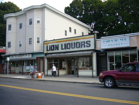 LION LIQUORS(店構え)