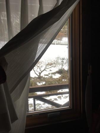 窓の外はまだ雪が解けない世界