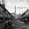 写真: 橋下の街