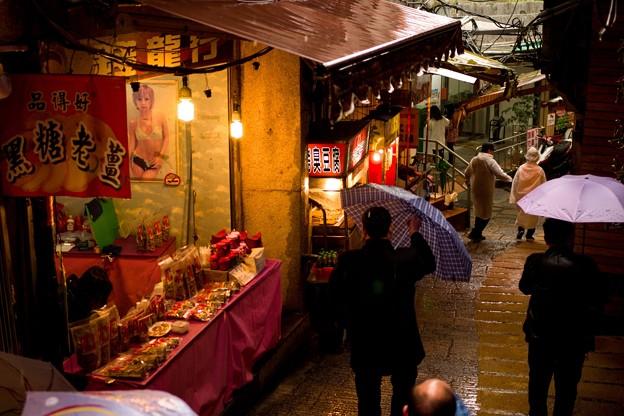 Photos: 黒糖老○の右と青い傘の下…