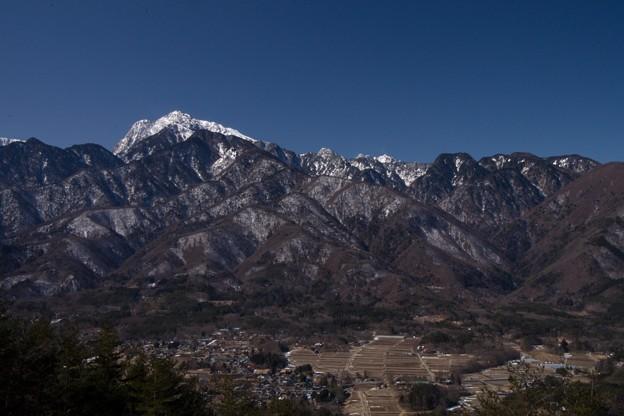 甲斐駒ヶ岳と山麓の町並み