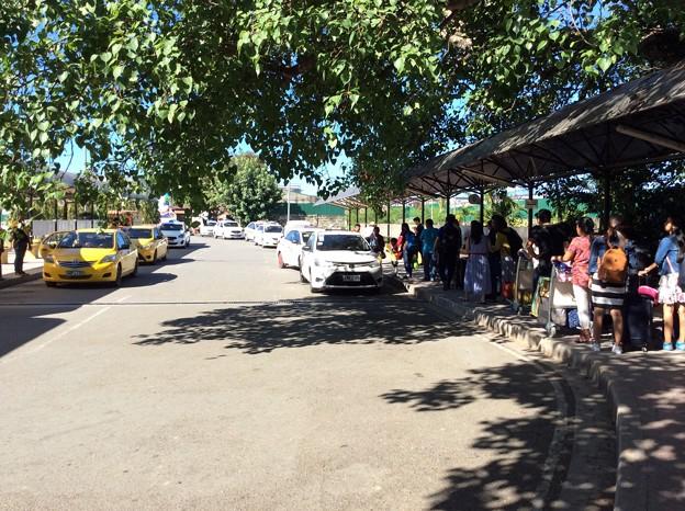白タク(右)と黄タク(空港タクシー)