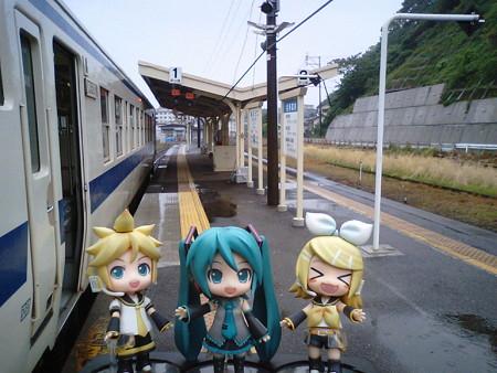 油津駅に到着、志布志行き乗り換えは36分待ちです。この列車内で待...