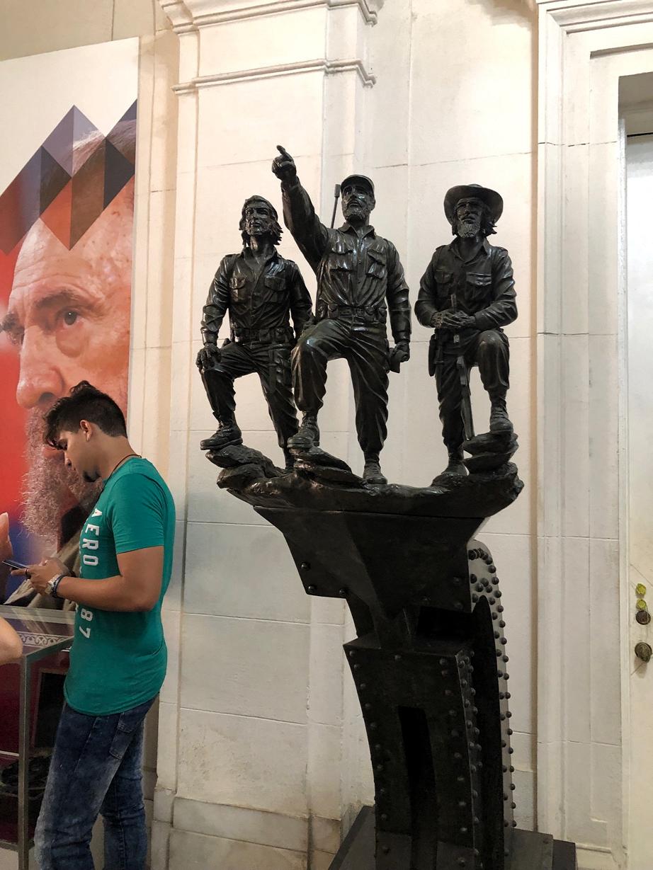 カストロなどの像