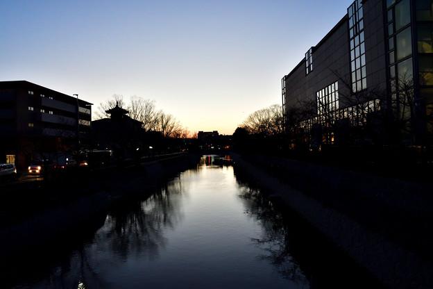 2018_0310_181715 夕闇の迫る鴨東運河