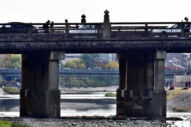 2018_1125_132811 三条大橋から四条大橋を覗き見る