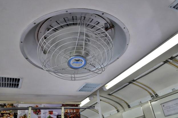 2019_0813_130515 JR103系の扇風機