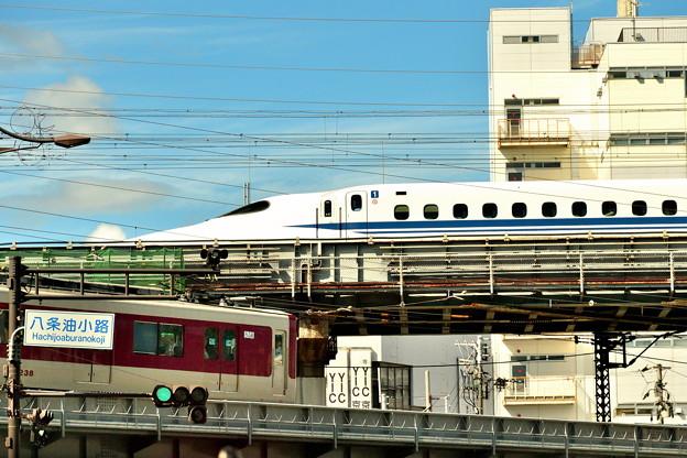 2019_0908_141346 京都駅を発つ新幹線と近鉄電車