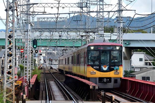 2019_1006_105642 比叡山を背に大阪に向かう電車
