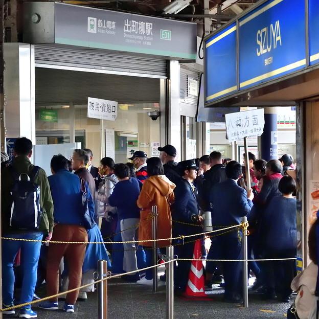 2019_1124_100511 大賑わいの叡電出町柳駅