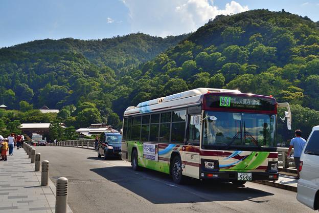 2020_0830_141757 渡月橋を行くハイブリッドバス