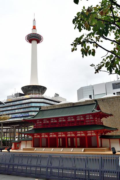 2020_1010_145224 京都タワーと羅生門
