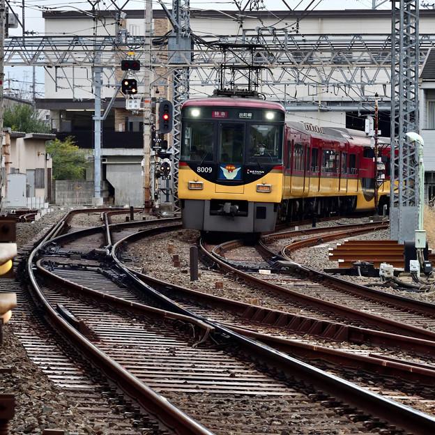 2020_1213_144358 深草駅を通過して鳥居前踏切にやってくる特急電車