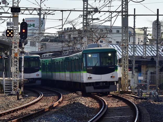2020_1206_105617 八幡下手踏切から石清水八幡宮駅を見る。