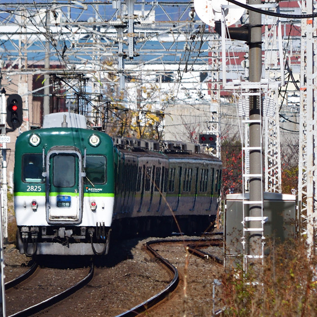 2020_1206_133150 太閤堤に沿って走る電車