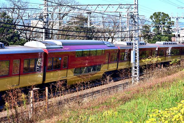 2020_1206_133539 太閤堤に沿って走る電車