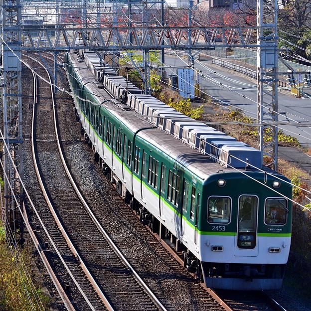 2020_1206_135213 宇治川堤防沿いを走る電車