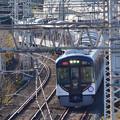 2020_1206_135604 宇治川堤防沿いを走る電車