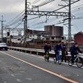 2021_0111_143256 車が歩行者を抜かす自転車を抜かすタイミングをはかっている