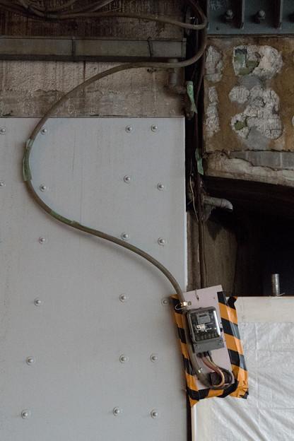 写真: ガード下のメーター
