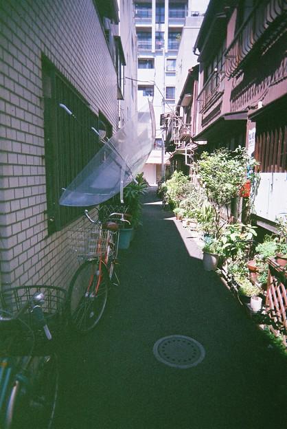傘のある路地