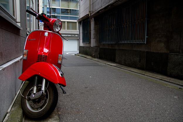赤いスクーターのある路地