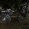 駐輪場で開く傘