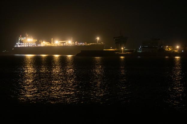 夜のタンカー