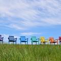 写真: 虹色のベンチ