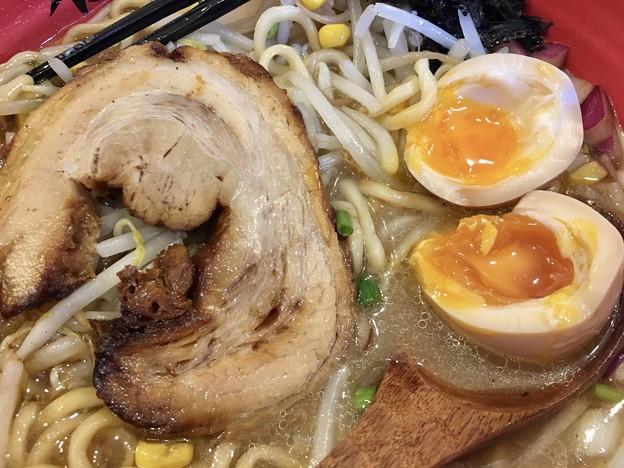 石黒商店 渋谷店、濃厚蟹みそらーめんの肉と玉