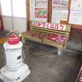 写真: 北国の駅の待合室