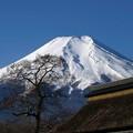 富士と茅葺屋根