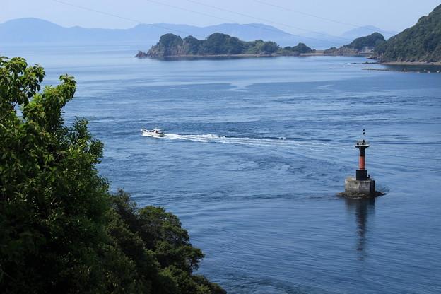 Photos: 海峡を進む船