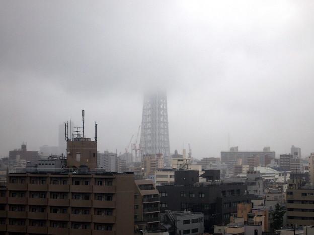 烟る梅雨空