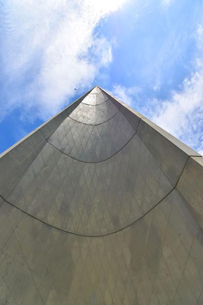夏空に向かって聳える「慰霊塔」